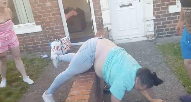 """Линдси кричит: """"Иди на ***! И не называй меня шлюхой!"""" великобритания, драка, женщина, кадр, потасовка, ссора, улица"""
