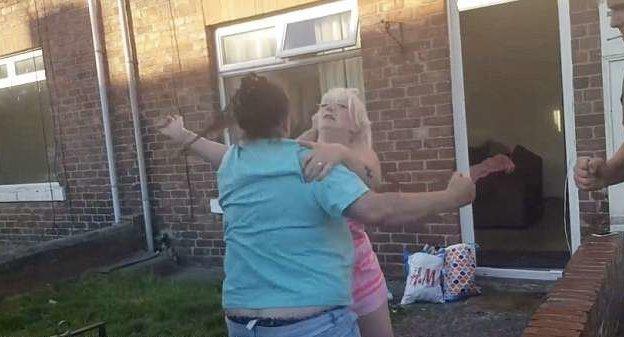 Зрелищная драка развязалась на одной из улиц Шилдона, графство Дарем, Великобритания великобритания, драка, женщина, кадр, потасовка, ссора, улица