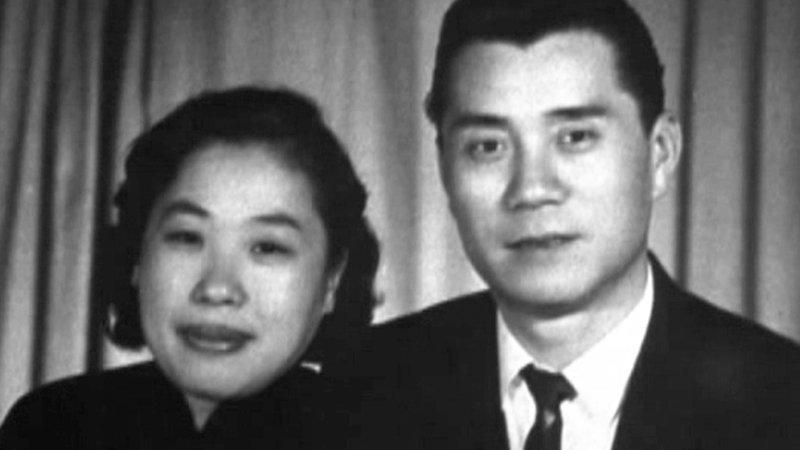 Когда Чарльз работал на досмотре в порту Шанхая, он познакомился мамой Джеки – Ли Ли Чан. актёр, биография, джеки чан, жизнь, семья, творчество, трюки, фильмы