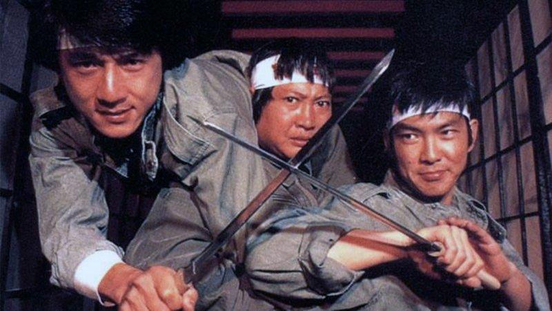 Знаменитая троица Саммо Хун, Джеки Чан и Юэнь Бяо. Они познакомилась в Академии. актёр, биография, джеки чан, жизнь, семья, творчество, трюки, фильмы