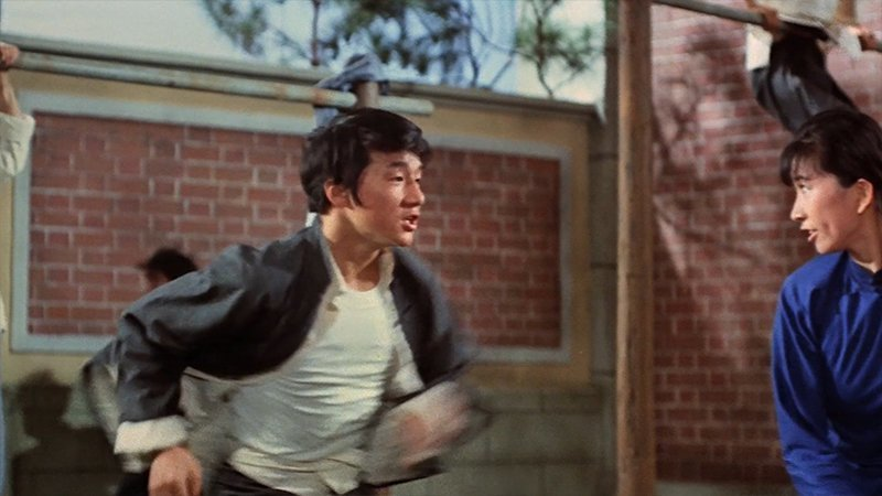 Саммо Хун устроился к Раймонду Чоу старшим постановщиком трюков и предложил Джеки работу каскадёра в новом фильме с Брюсом Ли под названием «Кулак ярости».  актёр, биография, джеки чан, жизнь, семья, творчество, трюки, фильмы