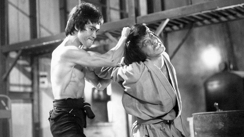 В январе 1973 года начались съемки фильма «Выход дракона» с участием Брюса Ли. Саммо Хуну и Джеки посчастливилось попасть в этот проект. актёр, биография, джеки чан, жизнь, семья, творчество, трюки, фильмы