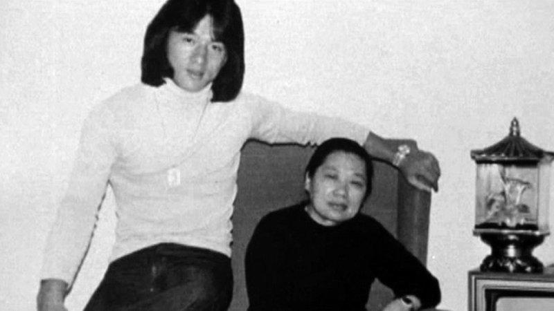 20 июля 1973 года умер Брюс Ли. В это время Джеки работал на студии «Да Ди», но после нескольких провальных фильмов студия прекратила своё существование. Разочарованный Джеки был вынужден лететь к родителям, в Австралию. актёр, биография, джеки чан, жизнь, семья, творчество, трюки, фильмы