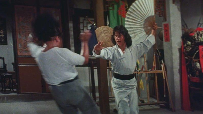 """На студии «Голдэн Харвест» Джеки снимает фильм «Молодой мастер». На сцену драки с веером было потрачено более 120 дублей. На съемках Джеки сломал нос и чуть не задохнулся при повреждении горла. А также повстречался с китайской мафией - """"Триадами"""". актёр, биография, джеки чан, жизнь, семья, творчество, трюки, фильмы"""