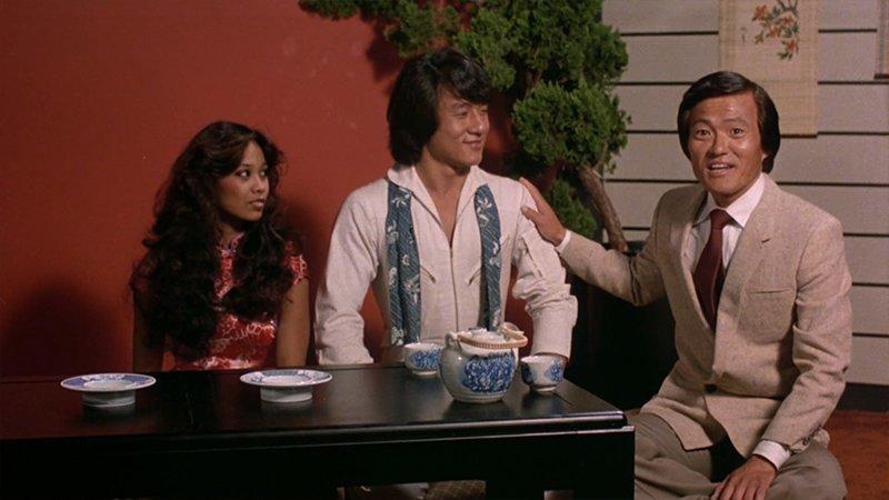 По завершению «Драки в Бэттл Крик» Джеки играет роль японского гонщика в фильме «Гонки «Пушечное ядро»». В Америке фильм имел кассовый успех. В отличие от азиатского рынка, где картина провалилась. актёр, биография, джеки чан, жизнь, семья, творчество, трюки, фильмы
