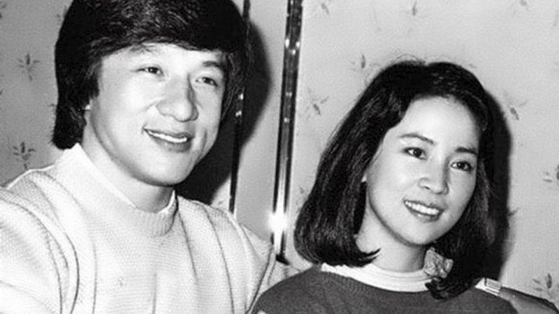 Раздосадованный зарубежным провалом Джеки, возвращаясь домой в Гонконг, оказывается на Тайване в гостях у приятеля, где на вечеринке знакомится с местной знаменитой актрисой Линь Фэнцзяо. Её красота и скромность очаровали его. актёр, биография, джеки чан, жизнь, семья, творчество, трюки, фильмы