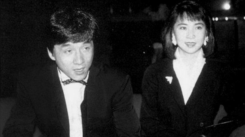 Как только Чану удавалось выкроить время, он встречался с Линь Фэнцзяо. А через некоторое время Фэнцзяо сообщила, что он скоро станет отцом. Конечно же Джеки был очень рад этой новости и перевёз будущую маму рожать в Штаты. актёр, биография, джеки чан, жизнь, семья, творчество, трюки, фильмы