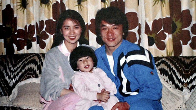 Когда подошёл срок Фэнцзяо рожать, Джеки прилетел в Америку и вскоре они расписались. А на следующий день у них появился сын – Фан Цзу Мин или в английском варианте Джейси Чан. актёр, биография, джеки чан, жизнь, семья, творчество, трюки, фильмы
