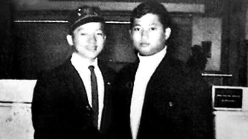 Саммо Хун, был самым старшим из них по возрасту и статусу. Из-за жёсткого и издевательского поведения Саммо с ним многие не ладили, особенно Джеки и Юэнь Бяо. Но со временем жизнь в Академии заставила их сплотиться. актёр, биография, джеки чан, жизнь, семья, творчество, трюки, фильмы