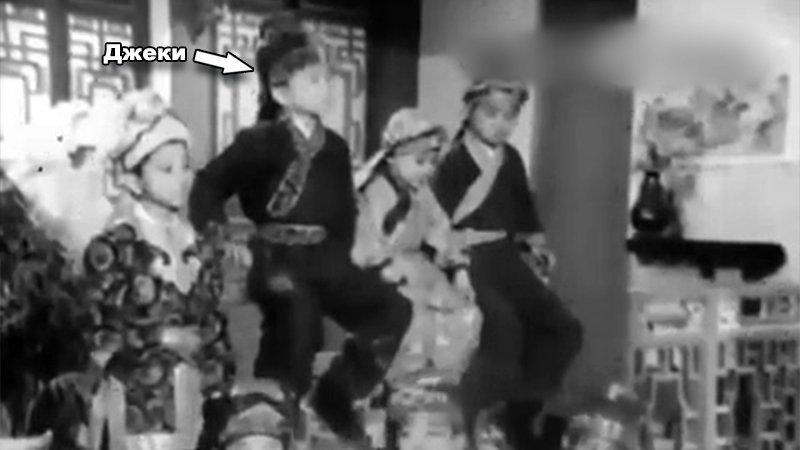 Дебютом в кино для Джеки стал фильм «Большой и маленький Вонг Тин Бар». В этой картине он сыграл вместе с Саммо Хуном и еще несколькими учениками. актёр, биография, джеки чан, жизнь, семья, творчество, трюки, фильмы