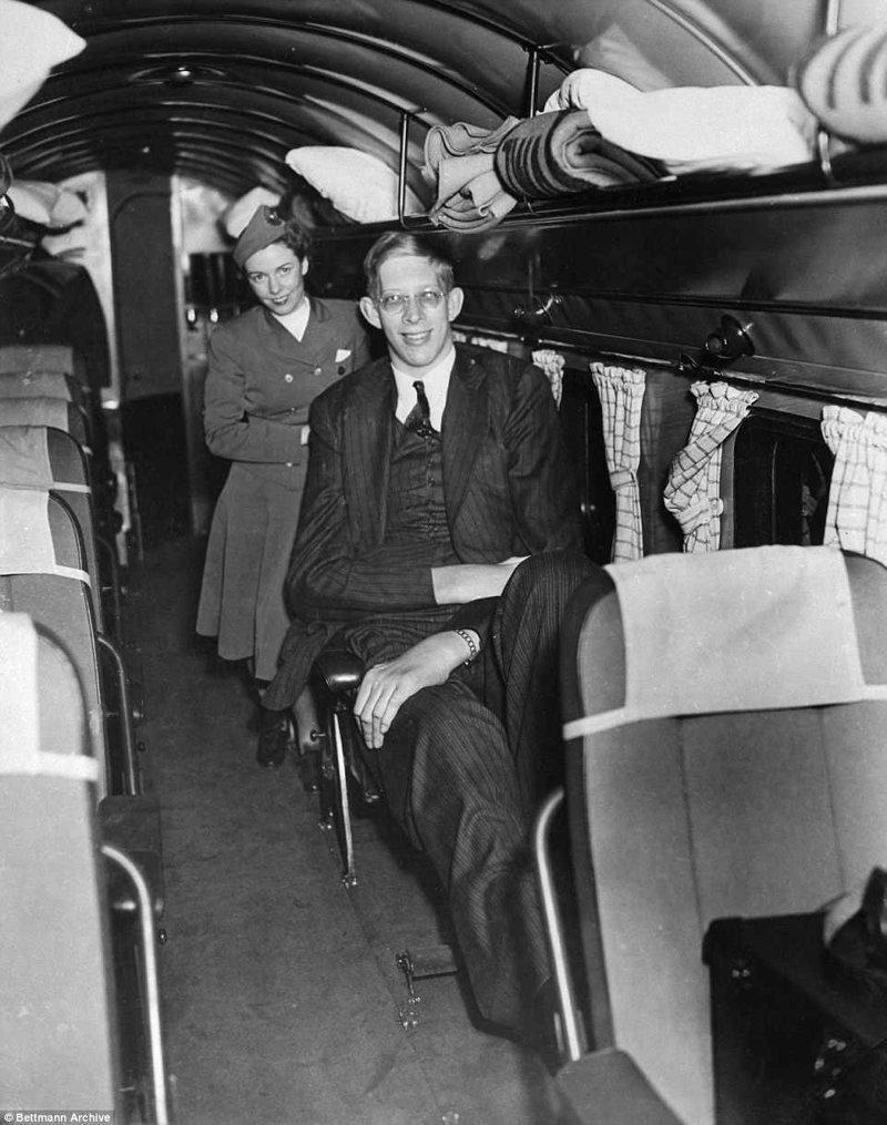 一旦他从纽约乘飞机飞去参加电台节目。 为了能够正确放置腿部,一排扶手椅必须去除肢端肥大,巨大,肿胀,记录,gynnes记录,吉尼斯纪录保持者,最高,最高的男人