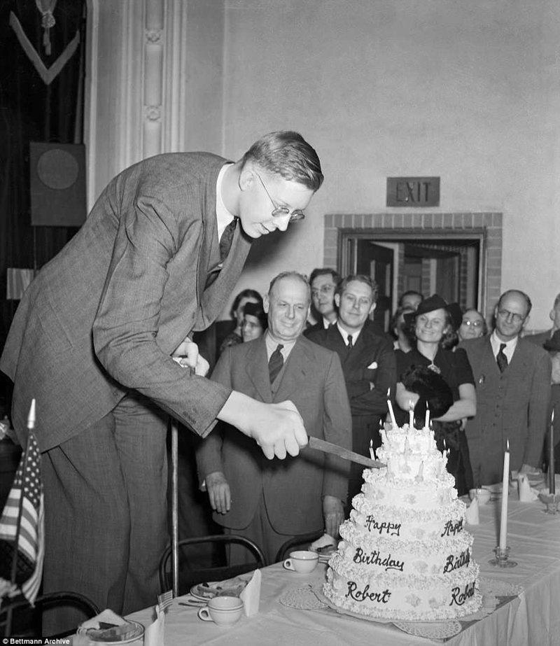 罗伯特为他21岁生日时的肢体肥大症,巨大肿胀,唱片,吉尼斯纪录,纪录保持者吉尼斯,最高,最高的男人剪下生日蛋糕