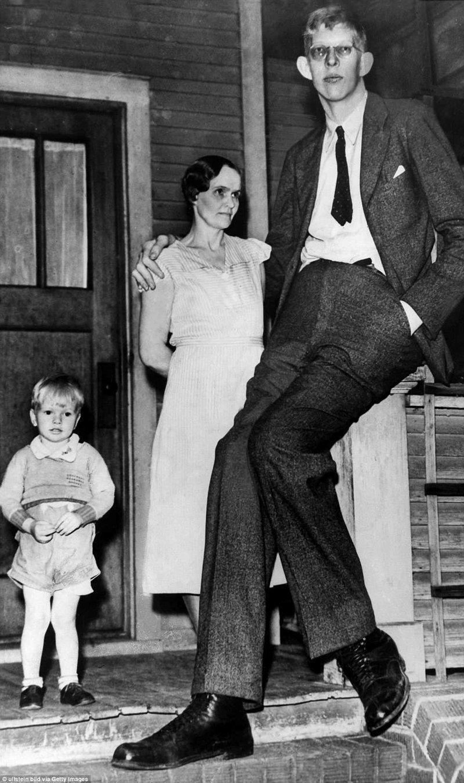 罗伯特17岁,与他的母亲和兄弟,1935年肢端肥大症,巨人,肿瘤,唱片,gynes唱片公司,吉尼斯纪录保持者,最高,最高男人