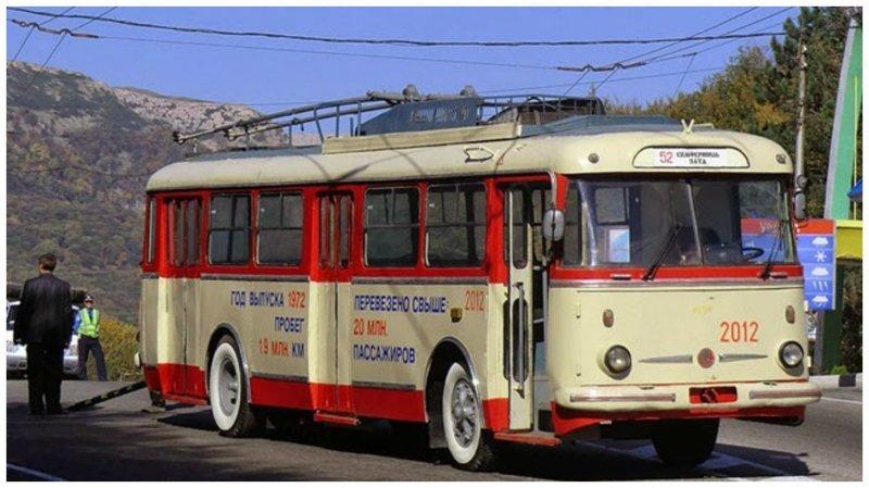 Троллейбус 9Tr установлен на Ангарском перевале. Ему присвоен бортовой номер 2012, хотя по жизни он нумеровался сначала 7750, потом 3776. На боку машины ошибочно написано, что он изготовлен в 1972 году (на самом деле — десятью годами позже) автобус, автомир, железная дорога, интересное, история, крым, трамвай, троллейбус