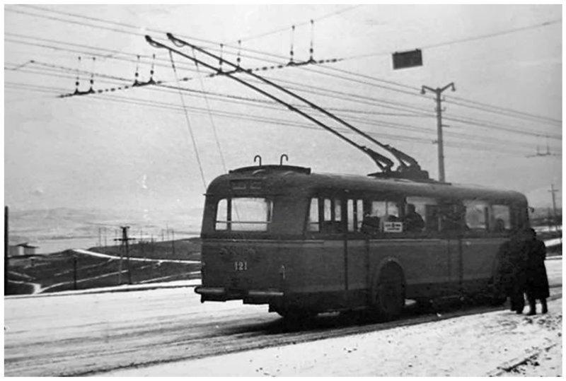 """1960 год. """"Шкода"""" 8Tr (трёхдверная) № 121 на заснеженных берегах Симферопольского водохранилища автобус, автомир, железная дорога, интересное, история, крым, трамвай, троллейбус"""