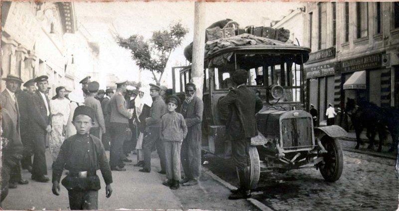 Автобус. Отправка автобуса из Евпатории (ул. Лазаревская).  1915-1917 гг.  Предположительно, это отправляющийся в Симферополь ав автобус, автомир, железная дорога, интересное, история, крым, трамвай, троллейбус