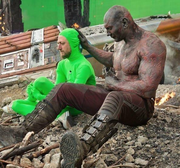 13. Реактивный Енот оплакивает своего друга Грута, а Дракс его утешает Marvel Avengers Assemble, Marvel Comics, За кадром известных фильмов, за кадром, мстители на сьемках, мстители смешные моменты, съемочная площадка, съёмки фильма