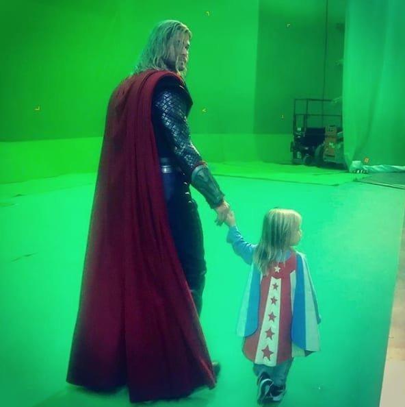 35. И напоследок - бог Тор на самом деле любит проводить детские экскурсии Marvel Avengers Assemble, Marvel Comics, За кадром известных фильмов, за кадром, мстители на сьемках, мстители смешные моменты, съемочная площадка, съёмки фильма