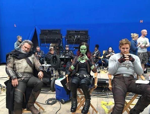 21. Эго любит вздремнуть, а Гамора и Звездный Лорд - строчить смски Marvel Avengers Assemble, Marvel Comics, За кадром известных фильмов, за кадром, мстители на сьемках, мстители смешные моменты, съемочная площадка, съёмки фильма