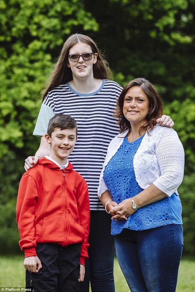 У Софи редкое заболевание - синдром Марфана, патология соединительной ткани. На снимке она с братом и матерью Лоррейн в Саутгемптоне Редкое заболевание, аномалия, великобритания, девочка, рекорд гиннеcса, рекорды гиннеса мира, самая высокая, самая высокая в мире