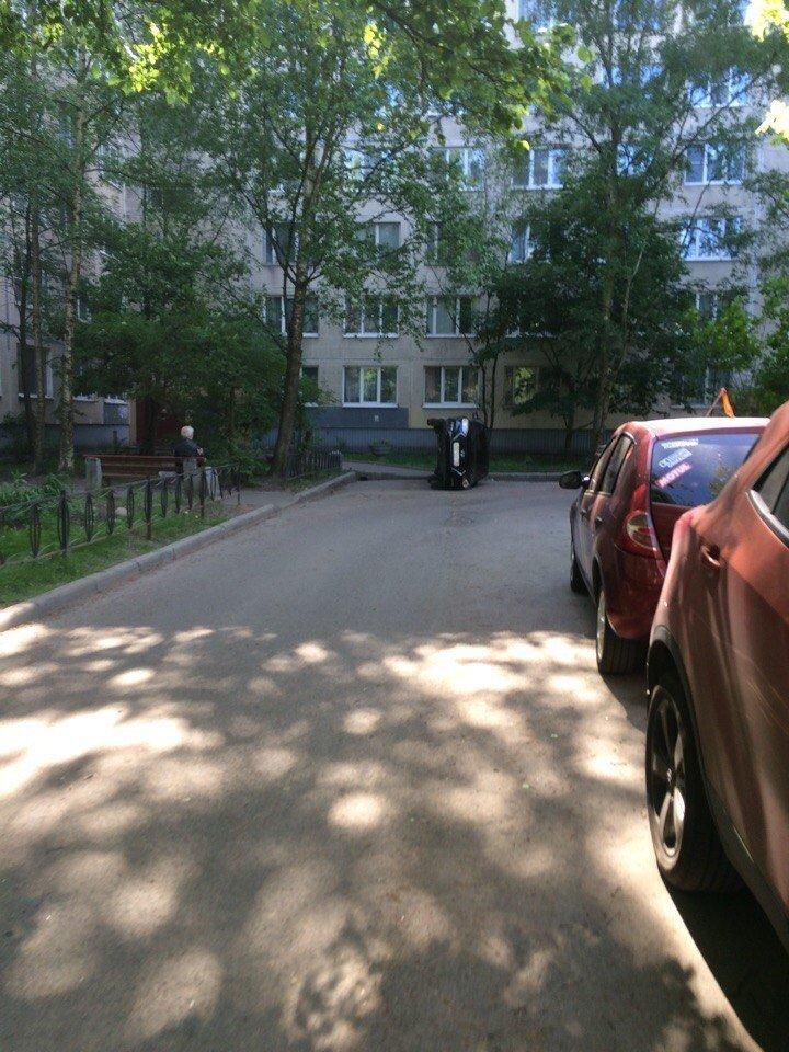 В Питере машину перевернули из-за неправильной парковки Купчино, Санкт - Петербург, неправильная парковка, общество, юмор