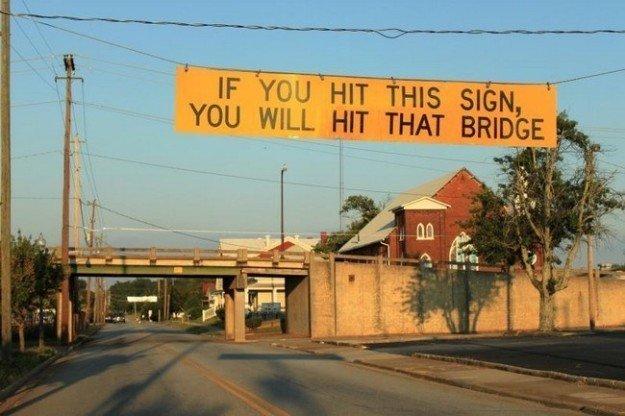 """9. """"Если заденете этот знак — заденете мост"""". В Риге, говорят, есть один мост, где вечно застревают фуры Лайфхак, в мире, гениально, идея, полезно, хитрости"""