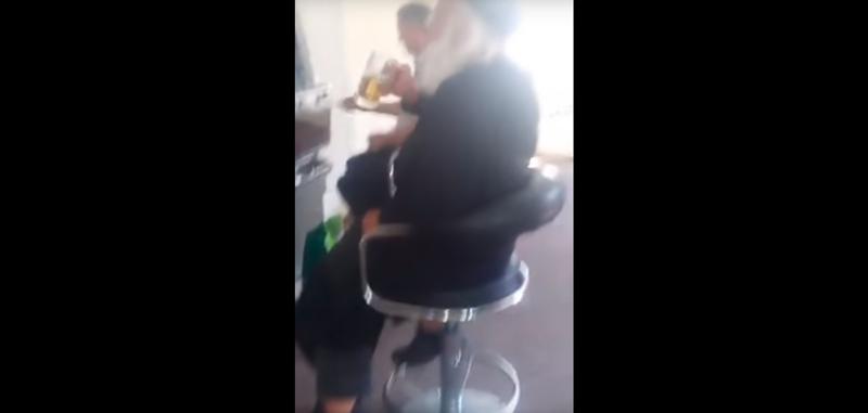 Пил пиво и ругался. Румынского священника сняли на видео у игрового автомата ynews, Ботошани, ПРЦ, игра на автоматах, казино