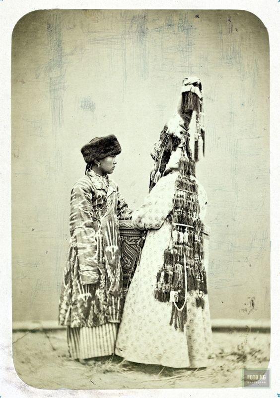 На голове у этих женщин несколько килограмм, иногда более 10-ти - саукеле украшали драгоценными металлами, кожей, шерстью и т.п. исторические фото, история, мода, прическа, свадьба, факты