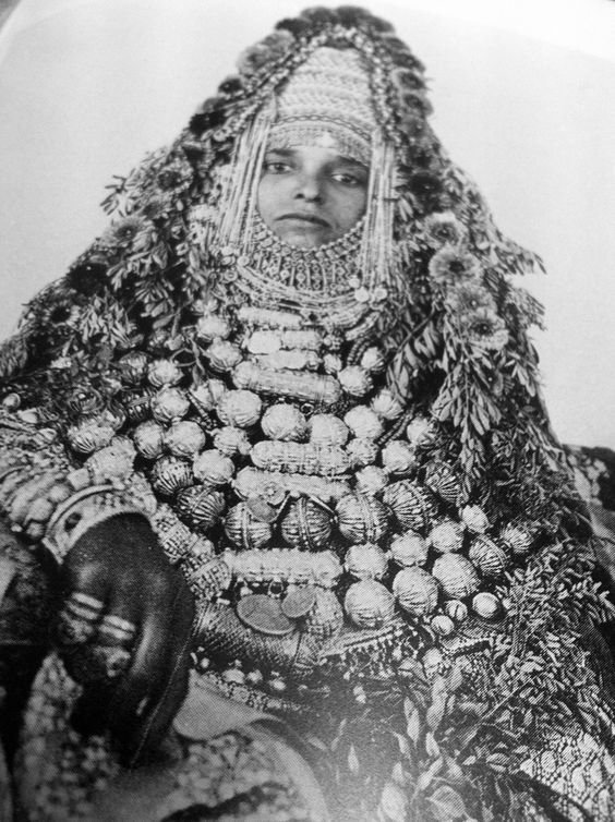 Йемен. Женщину укутывали в такое количество украшений, что иногда она не могла даже двигаться исторические фото, история, мода, прическа, свадьба, факты