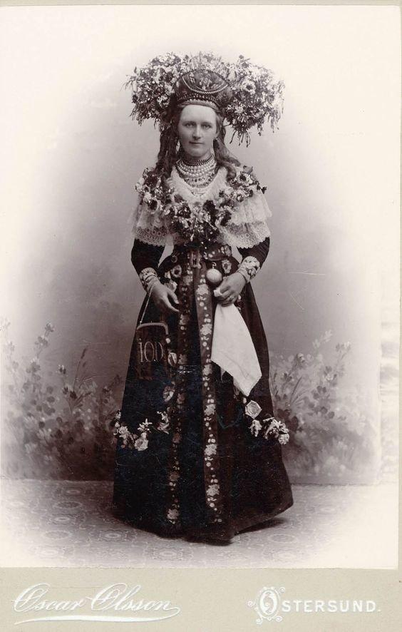 Шведы и их  свадебные короны. В некоторых регионах считалось, что чем выше корона, чем она богаче украшена, тем будет лучше жизнь молодоженов исторические фото, история, мода, прическа, свадьба, факты