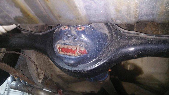 """7. Когда залез в """"яму"""" взглянуть на авто и чуть не получил сердечный приступ от неожиданности авто, автомеханик, гараж, прикол, ремонт, юмор"""