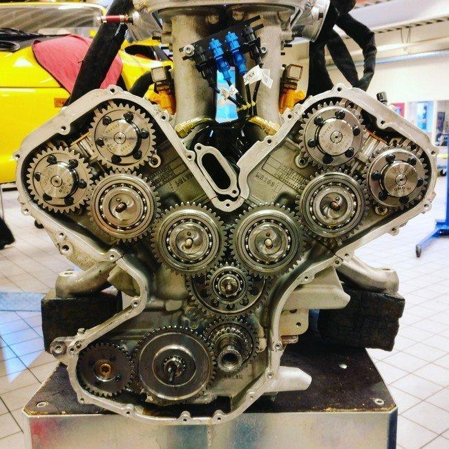 10. Кто когда-нибудь чинил Maserati MC12, тот про цепи и ремни ничего не слышал авто, автомеханик, гараж, прикол, ремонт, юмор