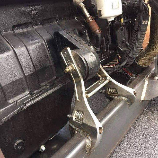 6. Ну а для чего еще нужны разводные ключи, как не для крепления двигателя?! авто, автомеханик, гараж, прикол, ремонт, юмор