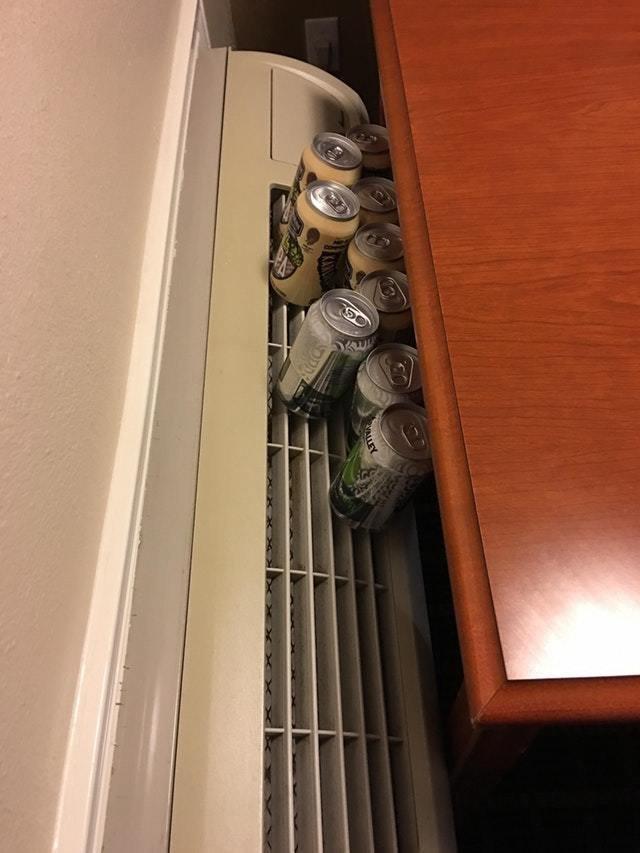 14. Когда в отеле нет холодильника, ваши напитки охладит кондиционер идея, креатив, совет, фантазия, хитрости, юмор