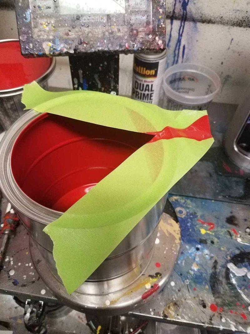 1. Когда надо аккуратно перелить краску, сделайте носик с помощью скотча, и банка останется чистой идея, креатив, совет, фантазия, хитрости, юмор