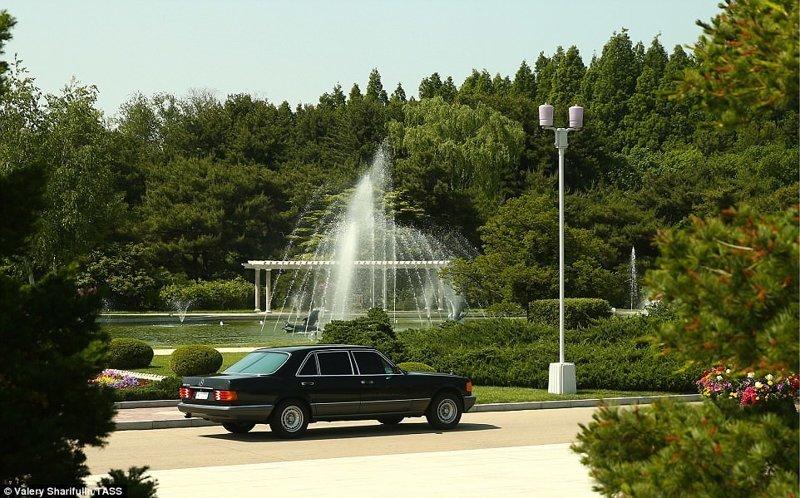 Главное украшение садово-парковой зоны - фонтан Пхеньян, дворец, ким чен ын, лидер партии, лидеры государств, резиденция, репортаж, северная корея