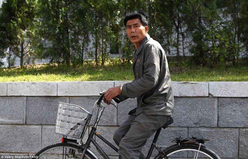 Застигнутый врасплох велосипедист Пхеньян, дворец, ким чен ын, лидер партии, лидеры государств, резиденция, репортаж, северная корея