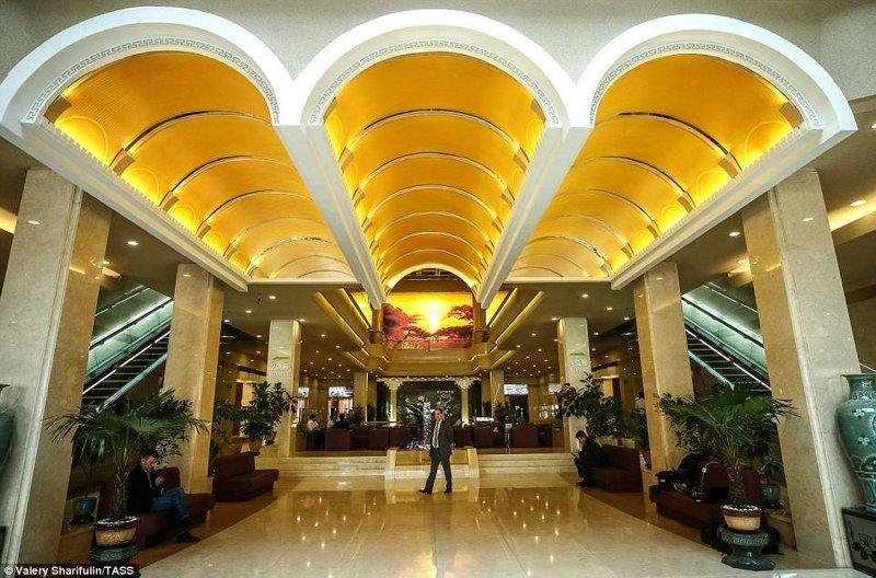 Холл гостиницы Корё, расположенной в центре города. Здесь останавливаются зарубежные гости Пхеньян, дворец, ким чен ын, лидер партии, лидеры государств, резиденция, репортаж, северная корея
