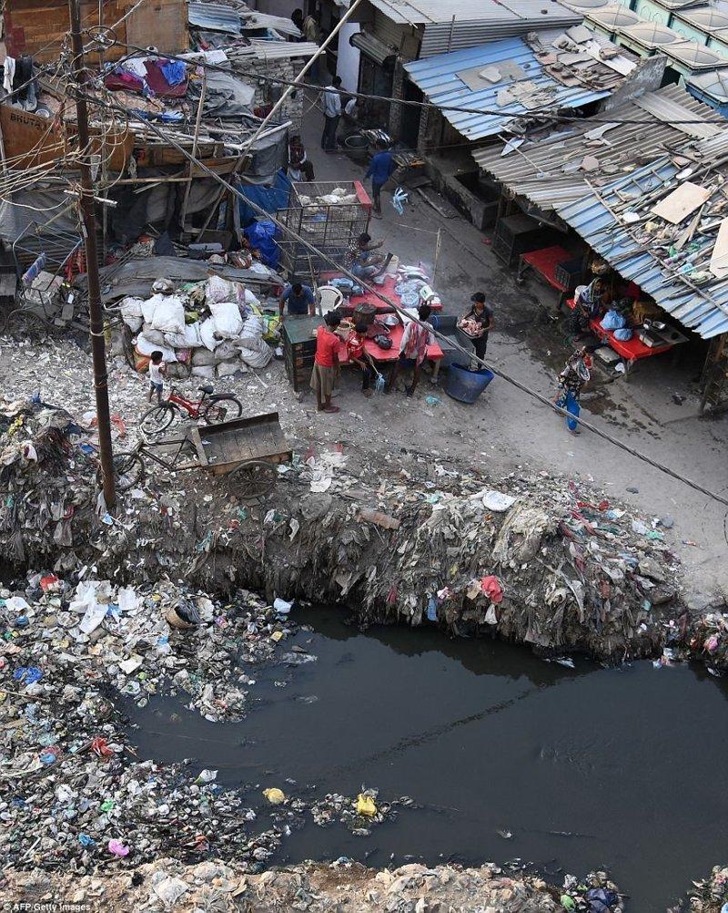 Жизнь в пластмассовом аду: трущобы Дели тонут в мусоре Нью-Дели, дели, индия, канализация, мусор, пластик, пластмасса, трущобы