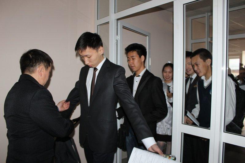 Школьница сняла бюстгальтер, чтобы пройти на ЕГЭ ynews, дети, егэ, металлорамка, школа, экзамен