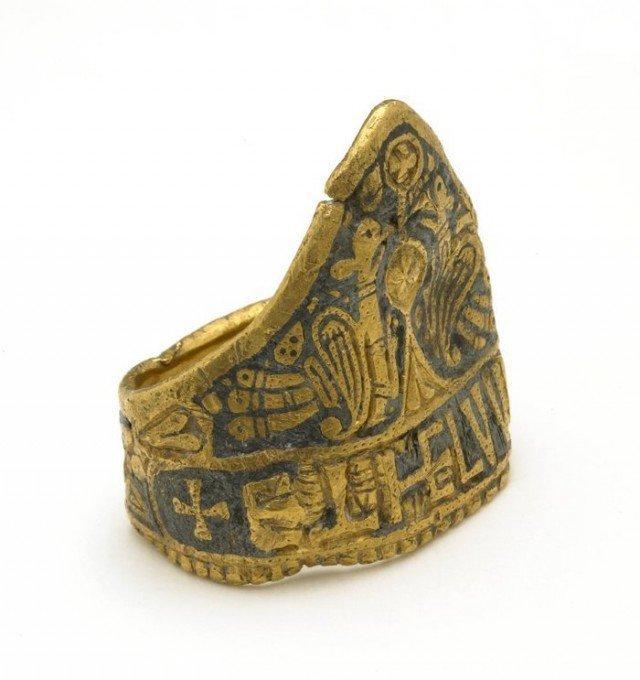 А вот это его кольцо. Оно настоящее - и подписано его именем! Найдено в 1790 году.   Хранится в Британском музее. Надпись на латыни - 'Æthelwulf Rex' (король Этельвульф). Дата изготовления 828-858 г.  интересно, история, мумии, наука, скелеты
