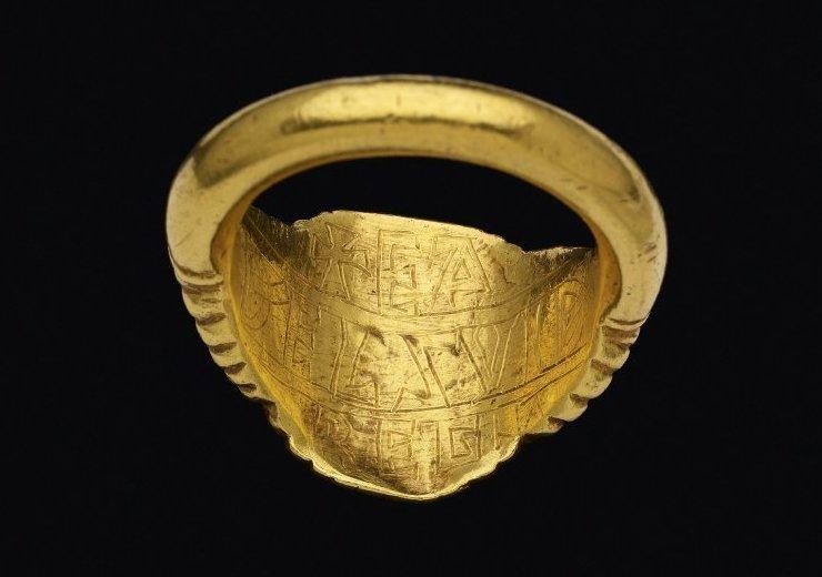 Откуда это известно? По надписи на внутренней стороне кольца . интересно, история, мумии, наука, скелеты