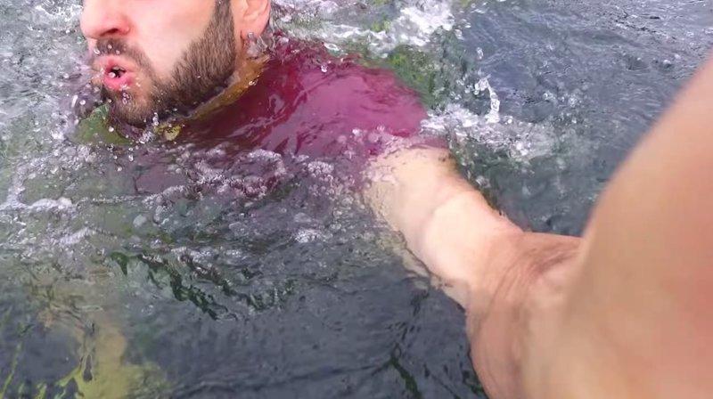 В моём дроне умерла батарея, когда он летел над озером. Я прыгнул в водоем и поймал его прямо перед тем, как он упал в воду, — пояснил автор видео, дрон, квадрокоптер, лондон, прикол, спасение