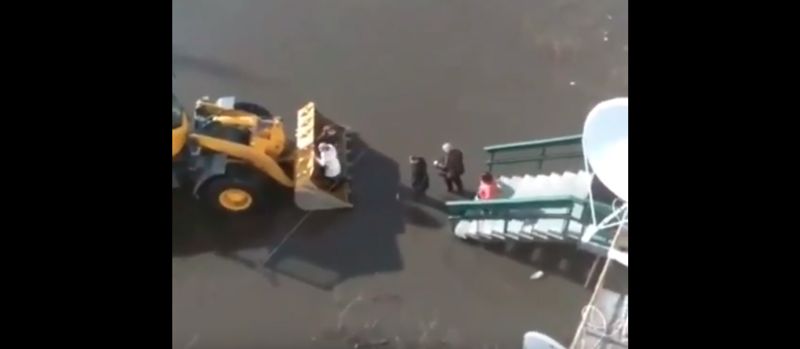 Сельчане возвращаются домой в ковше погрузчика: видео ynews, Зырянка, паводок, россия