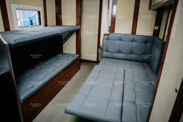 Напротив стола расположен двухъярусный спальник-трансформер. авто, автодом, грузовики, камаз
