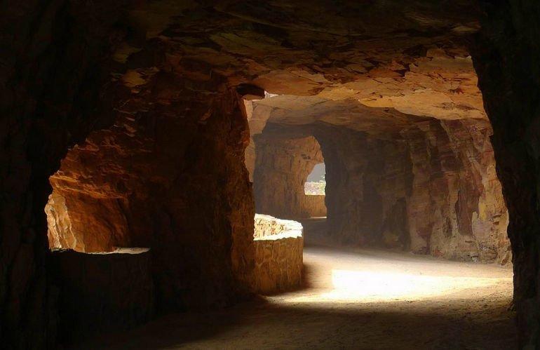 """Т.к. возможности провести в тоннель электричества не было и нет, были прорублены специальные """"окна"""" освещающие дорогу интересное, красота, тоннели, удивительное, факты"""