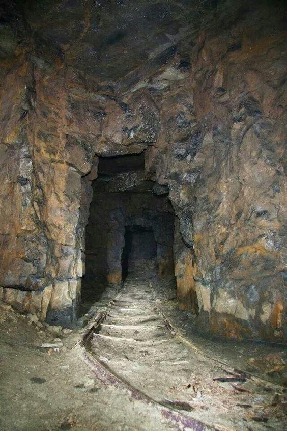 И просто фото  различных тоннелей и опасных горных дорог (в том числе в шахтах) - живых и мертвых интересное, красота, тоннели, удивительное, факты