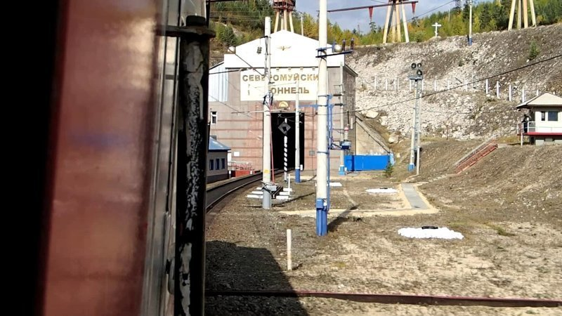Тоннель является однопропускным и используется преимущественно тяжелыми грузовыми составами, которые преодолевают путь под землей за 20 – 25 минут. Ежедневно по тоннелю проходит не менее 15 грузовых составов интересное, красота, тоннели, удивительное, факты