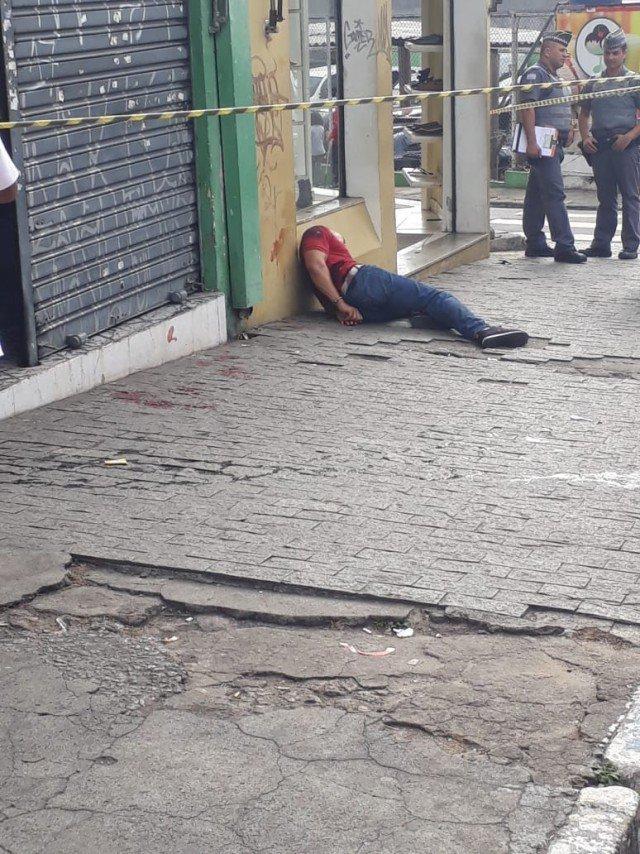 Похоже, что  для грабителя всё закончилось не слишком хорошо бразилия, в мире, видео, драка, инцидент, криминал, магазин, ограбление