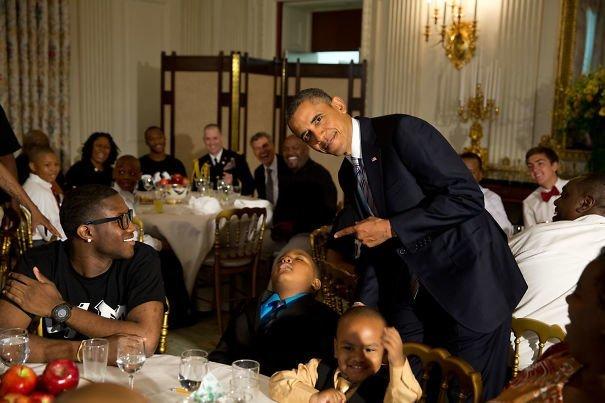 4. Обама позирует рядом с маленьким мальчиком, который заснул во время праздничного мероприятия в честь Дня отца звезды, знаменитости, знаменитости дурачатся, известные люди, таланты и поклонники, тролли, троллинг, чувство юмора